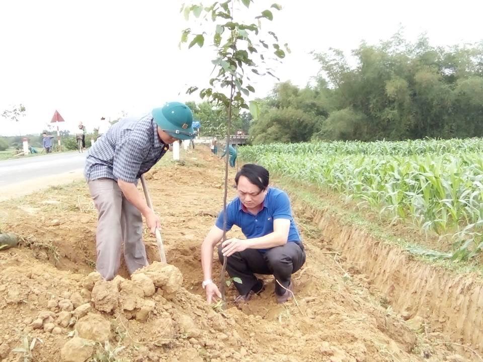 Công đoàn Cơ quan Huyện ủy và Hạt Kiểm lâm trồng cây, tặng xã Hương Đô