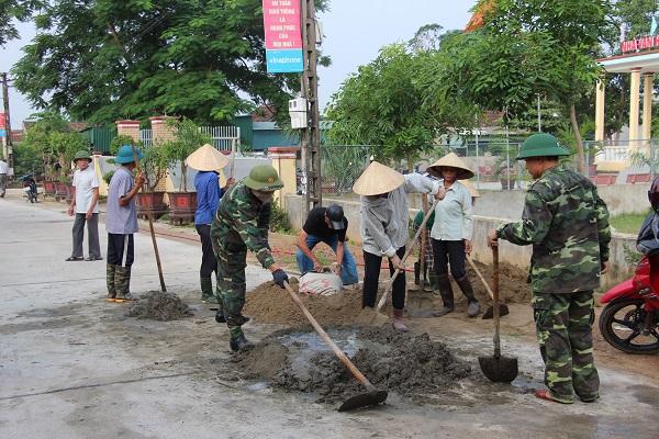 Cán bộ, chiến sỹ lực lượng vũ trang huyện cùng Nhân dân xã Kỳ Giang làm đường giao thông