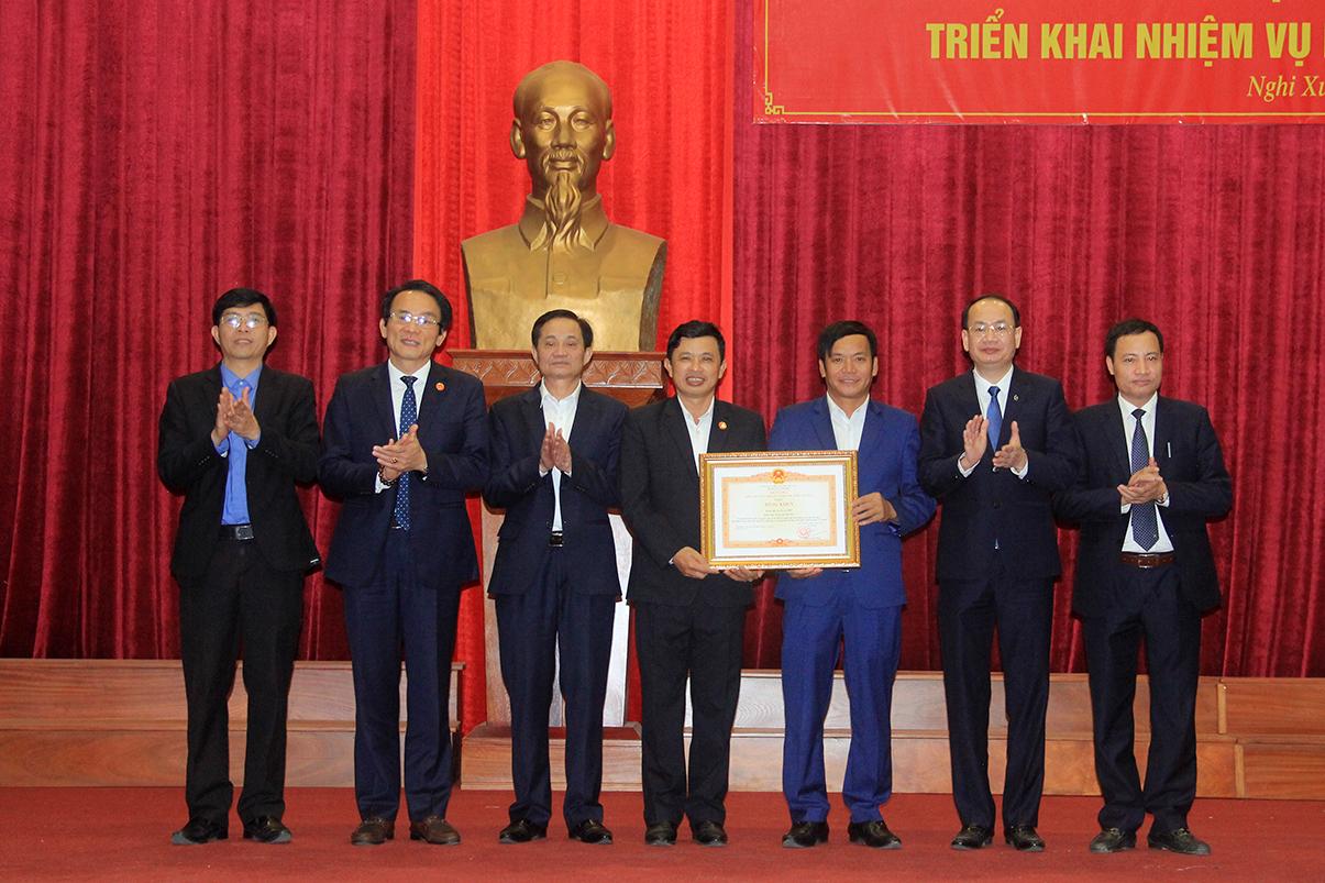 Đảng bộ xã Xuân Phổ đón nhân Bằng khen của Thủ tướng Chính phủ vì đã có thành tích tiêu biểu trong học tập và làm theo tư tưởng, đạo đức, phong cách Hồ Chí Minh giai đoạn 2016 - 2019.