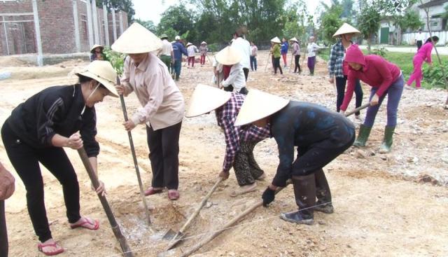 Nhân dân trồng cây xanh trong khuôn viên nhà văn hóa thôn