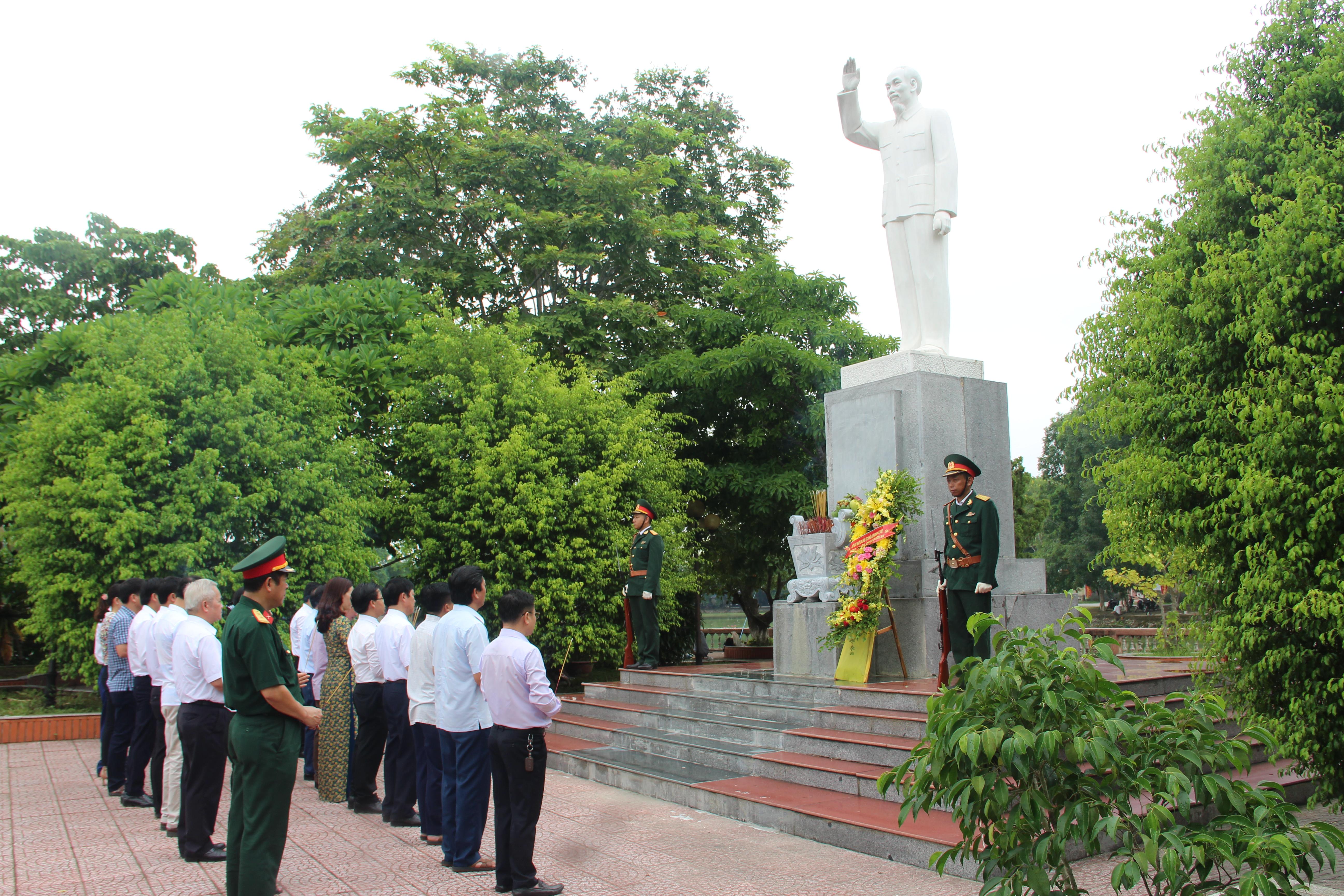 Các đồng chí ủy viên Ban Chấp hành Huyện ủy dâng hương tại Tượng đài Bác Hồ