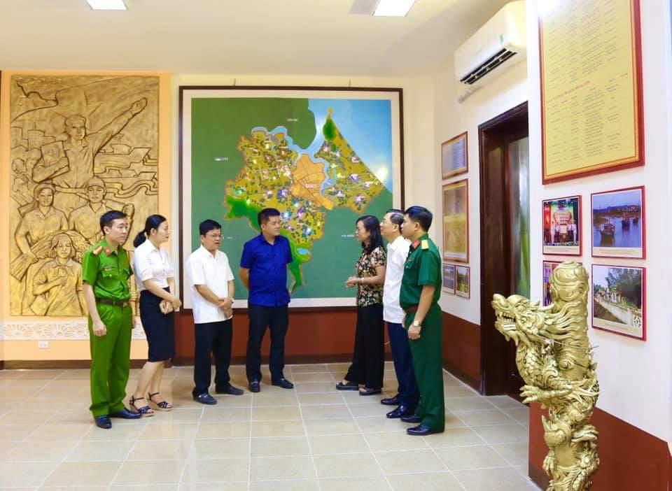 Đồng chí Nguyễn Thị Nữ Y, Ủy viên Ban Thường vụ Tỉnh ủy, Phó Chủ tịch Thường trực Hội đồng nhân dân tỉnh và các đồng chí lãnh đạo huyện tại Phòng truyền thống