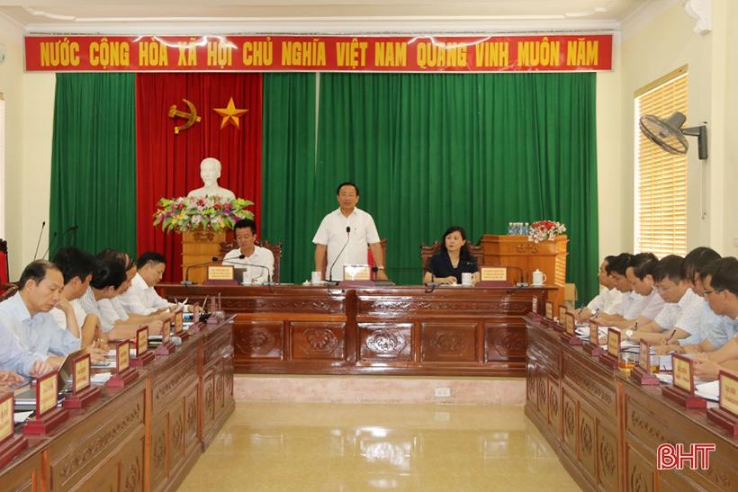 Từ tháng 8/2019, lãnh đạo Hà Tĩnh gồm Bí thư Tỉnh ủy, Chủ tịch HĐND tỉnh và Chủ tịch UBND tỉnh tổ chức tiếp công dân trong cùng một thời gian. Trong ảnh: Phiên tiếp công dân định kỳ của người đứng đầu cấp ủy, tháng 7/2019