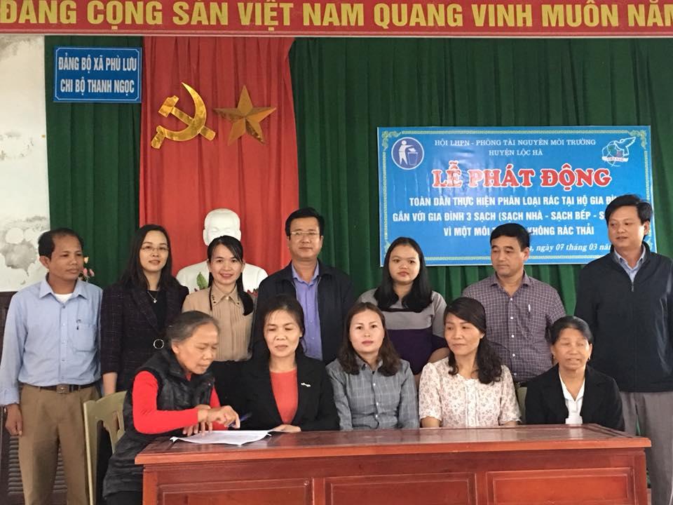 Chi hội Phụ nữ thôn Thanh Ngọc, xã Phù Lưu ký kết xây dựng mô hình phân loại rác tại hộ gia đình