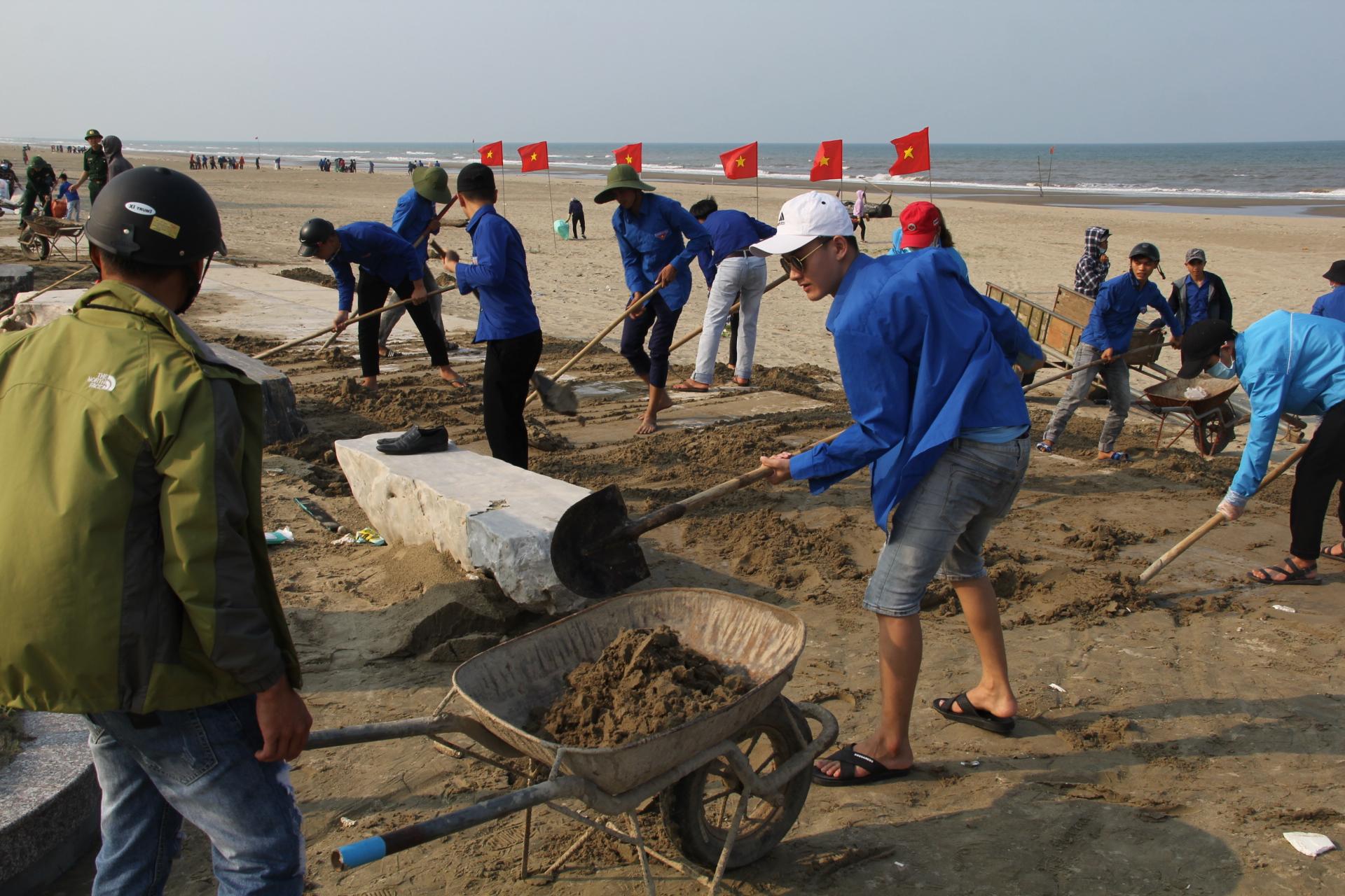 Đoàn viên, thanh niên tham gia thu gom rác thải