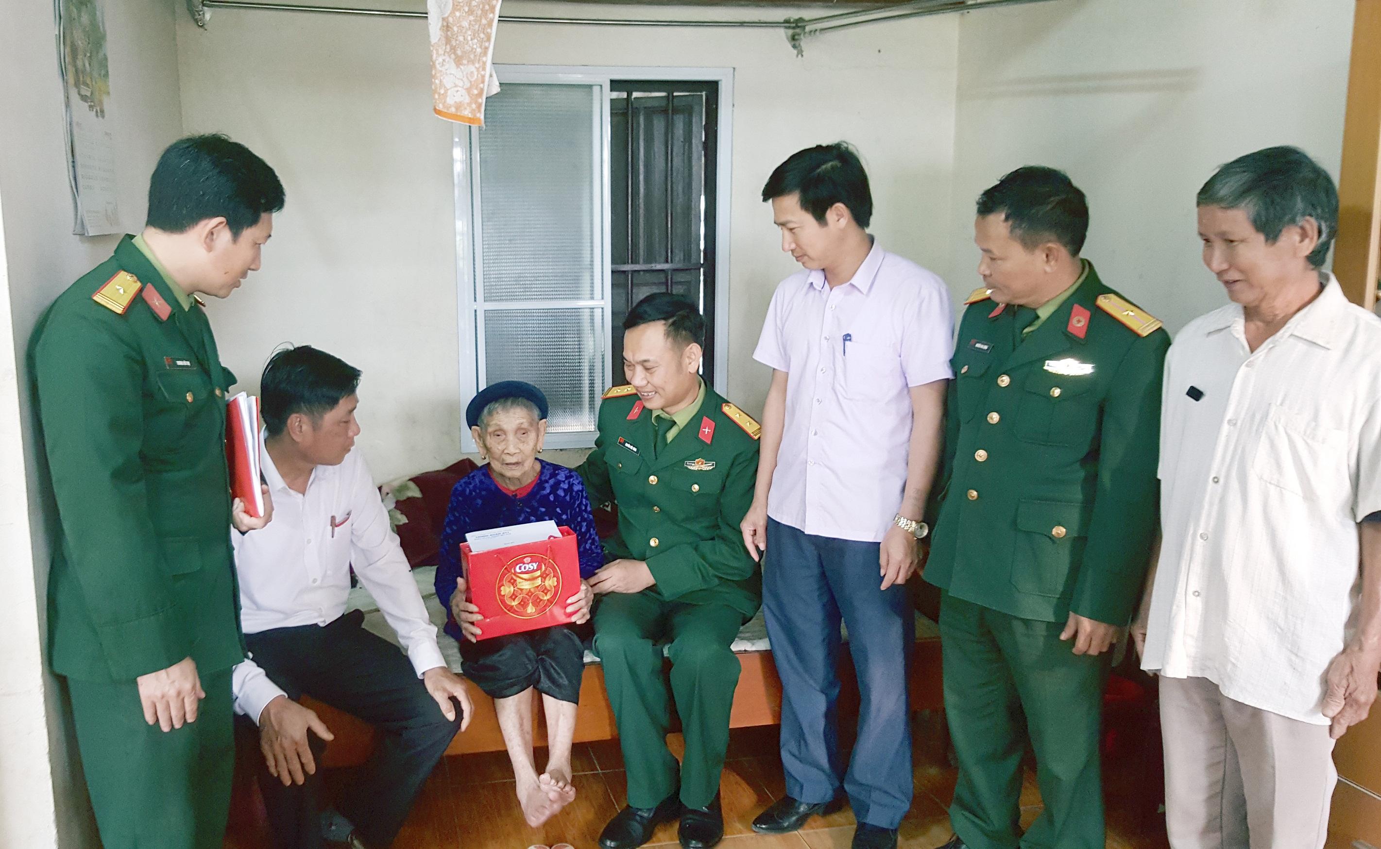 Cán bộ, chiến sỹ Trung đoàn 841 thăm hỏi, tặng quà Mẹ Việt Nam anh hùng Đặng Thị Em, thôn 2, xã Nam Phúc Thăng, huyện Cẩm Xuyên