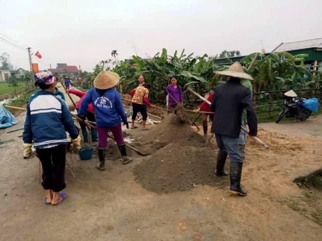 Giáo dân thôn 7, xã Cẩm Phúc tham gia xây dựng rãnh thoát nước