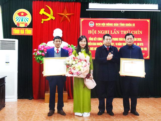 Đồng chí Trần Tú Anh, Phó Chủ tịch Thường trực Hội đồng nhân dân tỉnh trao tặng Bằng khen của Thủ tướng Chính phủ cho Hội Nông dân tỉnh và một cá nhân thuộc Cơ quan Tỉnh hội