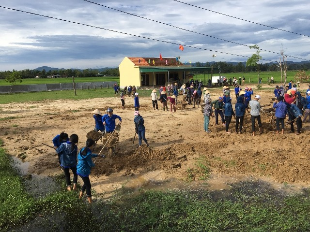 Cán bộ nhân dân tham gia xây dựng nhà văn hóa thôn